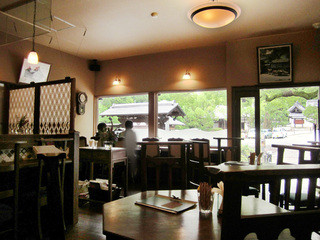 ヤマナカ カフェ - 店内。窓からは樹齢800年という楠と青蓮院門跡