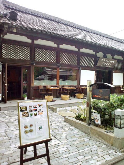 ヤマナカ カフェ - 大正9年の建物。パビリオンコートとYAMANAKA CAFE