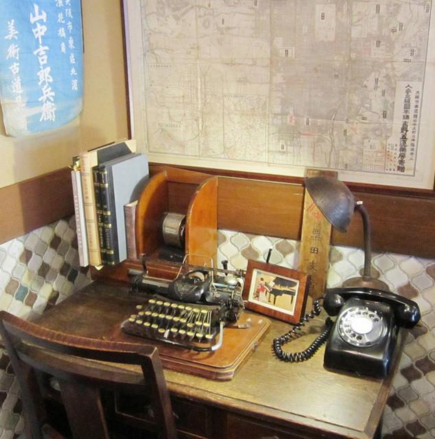 ヤマナカ カフェ - 粟田支店の木札、山中吉郎兵衛の展示(許可得て撮影)