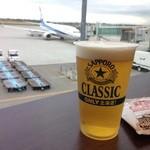 39878815 - 飛行機を見ながらビール!