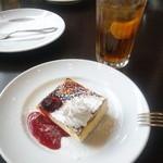 39879310 - 手前:カタラーナ 奥:チーズケーキ 苺アイスがチーズケーキから飛び出てる