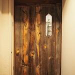 麦酒屋 るぷりん - 味のある木のドア