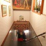 スルタン - 階段を下りていきます。
