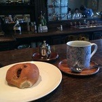 柳月堂 - 1階のベーカリーで購入したあん入りクルミパンとホットコーヒー