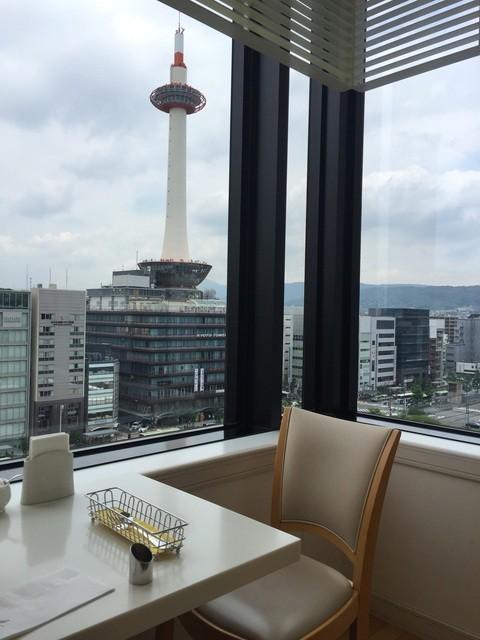 マールブランシュ JR京都伊勢丹店 - 京都タワーをのぞむパノラマビューがみられます。