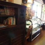 ぐるめ亭 - 古家具を利用した雑誌置き場とケーキケース