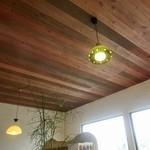カナブン - 天井が木目の良い雰囲気。ランプは全部違うから、味がありますよね♪