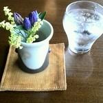 珈琲 蔵人珈蔵  - テーブルにはお花^^