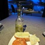 レシアンエラメール - ディナーコースより、<自家製パン>フォカチャとくるみパン。フォカッチャには青リンゴのオリーブオイルが合うそう。