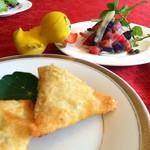39895218 - 2015/07/13                       トマトとナスのサラダ&サモサ♪
