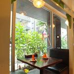 イート パーク タイ - 外の光が差し込む大きな窓