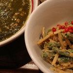 スリスリ カリーカフェ - 15種類の野菜のサラダ ローズペッパー風味 Deli(右)、ローズペッパーのピリッとした辛みがイイ感じ♪