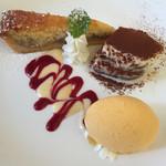 39906361 - ティラミス、バナナのタルトケーキ、マンゴーのジェラートの盛合せ