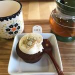 ボタニカルカフェ メデテ - 友人の注文したお茶とカップケーキ