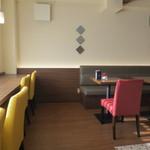 ACカフェ - カウンター席とテーブル席