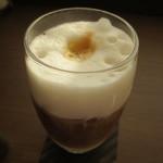 ACカフェ - ミルクのコクも楽しめます。甘さは付いてくるガムシロップで。