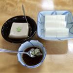 ゑびすや土産店 - 左:ごま豆腐(400円)       右:冷やっこ(300円)
