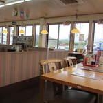麺勝 - 広い店内はテーブル席中心のファミリーレストランタイプのうどん店になってます。