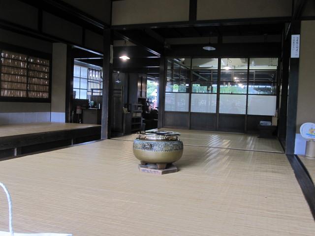 赤福 本店 - このガラスの奥で手作りで作られています