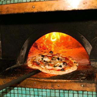 400度を超える高温で一気に焼き上げる職人仕込の薪窯ピッツァ