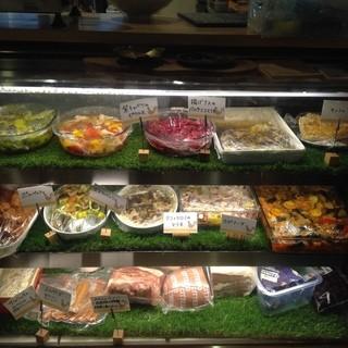 店内手作りで種類豊富なデリ惣菜