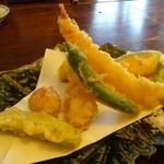 江戸そば 侘介 - *天ぷらはカラッと揚げてありますが、衣が少し硬めですね。 天つゆは薄味でしたので、塩で頂くのが好みでした。