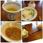 39938628 - *そば茶・ツユ・薬味・・そばつゆは甘さ控えめ、お味はお醤油と出汁が勝った濃いめの印象です。                       私は舌が福岡仕様になっていますので、少し辛く感じました(^^;)
