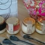 カフェ ザ ブーケ - 左からコーヒーゼリー、グレープフルーツ、ブーケプリン、マンゴーです。後ろに写り込んでいるのは同じくコクーンで買ったバッグ