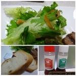 ステーキハウス 蜂 - パンは軽く温めてありバターが付きます。 サラダには2種類のドレッシングが用意されていましたが「梅味」がサッパリして好みでした。