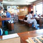 鷹 - 武蔵野うどんの名店「手打ちうどん鷹」店内カウンター席とテーブル席[2015.07]