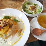 フワット まるやまキッチン - オムライス(半熟オムレツ/ガーリックライス/ホワイトソース/ホタテとアスパラの蒸し焼き)880円(サラダ・スープ付き)