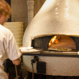 ナポリから直輸入された薪窯で焼く本格ピッツァ