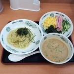 日高屋 - ごま味噌冷し530円、たっぷりの具、麺と一緒につけ汁につけるのか、つけ汁をかけるのか?