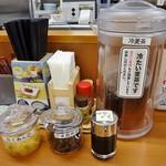 天丼てんや - 卓上には漬物や天丼のタレが置いてあります