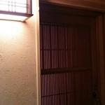 鮨 とかみ - 手前の入口(暖簾なし)
