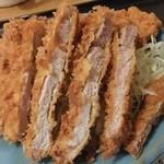 どん八 - ロースカツは肉が薄くパサついている