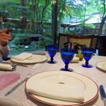 リストランテ パドリーノ・デル・ショーザン - 今回は、和風庭園を望む窓際のテーブル席を3人で利用しました。                             庭園には能舞台まで設けられております。                             夜はライトアップされてキレイでしょうね♪