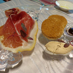 リストランテ パドリーノ・デル・ショーザン - こちらは、5,500円コースの前菜。                             生ハムとフォアグラのムースだったかな。                             シナモンたっぷりのパンが添えられているのが面白いです。