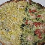 武蔵野食堂 - 武蔵野食堂:ピザのハーフ&ハーフ(クワトロフォルマッジ&小エビとジェノベーゼ