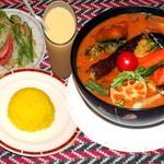 カリーゾーン - 料理写真:◆タンドリーチキンスープカレー セット◆ネパール&北海道スープカレーを融合した、 当店だけのオリジナルです。 タンドリーチキン丸ごと1pcにジャガイモ、 ニンジン、カボチャ、ナス等大きくカットした 野菜が沢山入ってます。
