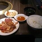南月 今里店 - ホルモン盛り合わせ定食800円(ご飯大盛)