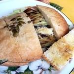 40002012 - くるみブルーベリーパンのなすモッツァレラサンド¥400
