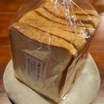 BREAD&DISHES MUGINOKI - 「こだわり食パン」(390円)。お高いけどそれだけの美味しさがあります。