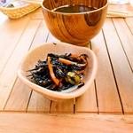 島茶家 ヤッカヤッカ - 近海マグロのヅケ丼の小鉢とアーサのスープ
