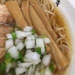 中華そば ひびき - 玉葱の微塵切りと小ネギの小口切りが食感と彩りを担う。