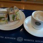4001273 - エビとアボカドのサンドイッチ&カフェオレ