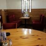 コメダ珈琲店 - 喫煙ルームは丸テーブルと普通のテーブル二種類