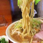 40016016 - 麺は本店同様の極太ちぢれ麺(ワシワシと食べるタイプで好みの味だ)