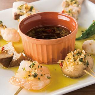 スペイン料理の定番「アヒージョ」を串で表現
