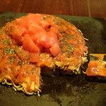 40026837 - 「お好み焼き そば・肉・玉子」(700円)+「野菜増量」(50円)+「トッピングトマト」(150円)。サンバルを掛けた様子